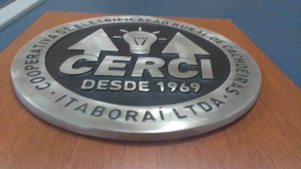 Logomarca em Alumínio Fundido - Base de Madeira